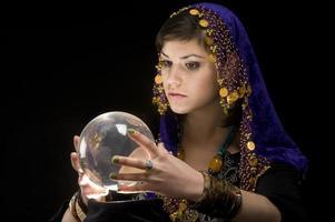 diseuse de bonne aventure avec boule de cristal photo