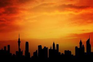 silhouette de gratte-ciel avec beau ciel photo