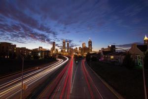 Centre-ville d'Atlanta avec trafic au crépuscule photo
