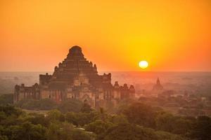 lever du soleil sur l'ancienne pagode à bagan photo