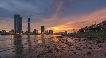 coucher de soleil sur la rivière saigon photo