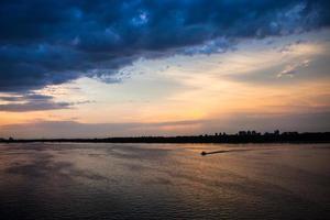 paysage du soir au dniepr au coucher du soleil photo