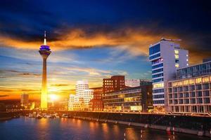 paysage de ville de nuit dyusildorf. port des médias. Allemagne. lig doux