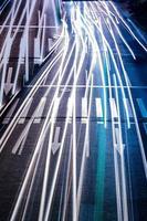 voiture avec lumière floue à travers la ville la nuit