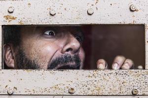 hombre encerrado y aterrorizado photo