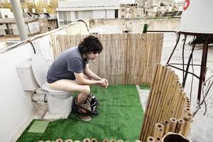en utilisant les toilettes sur le toit photo