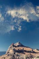 forteresse génoise en Crimée sur rocher au bord de la mer Noire photo