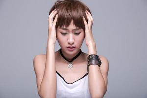 les femmes asiatiques montrent une humeur ennuyeuse photo