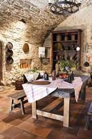ancienne cuisine de style rustique avec table et chaises photo