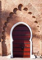 porte de style arabe dans un mur orange