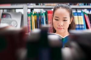 fille dans la bibliothèque