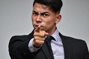 homme d'affaires minoritaire pointant photo