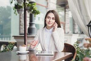 jeune, femme affaires, conversation téléphone, dehors photo