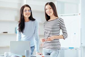 Collègues féminines qui démarrent avec succès