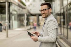 portrait, jeune, homme affaires, tenue, numérique, tablette