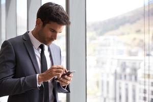 homme affaires, vérification, messages, mobile, téléphone