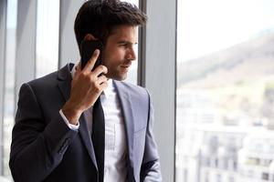 homme affaires, appel téléphonique, debout, par, fenêtre bureau photo