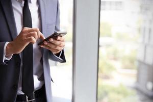 grand plan, de, homme affaires, vérification, messages, sur, téléphone portable