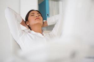 femme d'affaires décontractée sieste à son bureau