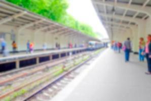 personnes floues sur la plate-forme de métro