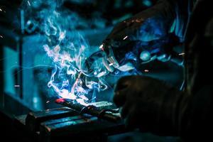 artisan avec masque de soudure en acier photo