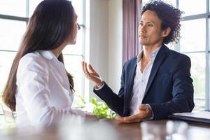 homme confiant présentant son idée à l'investisseur photo