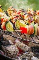 brochettes chaudes sur le grill avec feu