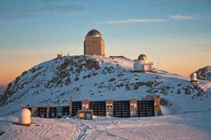 observatoire au lever du soleil photo