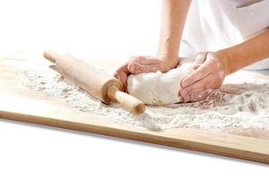 mains pétrir la pâte à bord