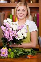 faire un beau bouquet de fleurs. photo