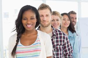 équipe de conception divers debout en ligne souriant à la caméra photo