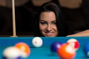 femme heureuse souriante jouant au billard
