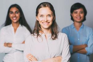 jeune femme d'affaires réussie et son équipe photo