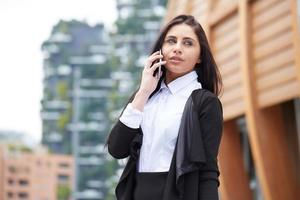 portrait, femme affaires, utilisation, cellule, téléphone photo