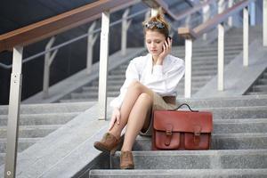 jeune, femme affaires, conversation, mobile photo