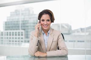 sourire, femme affaires, téléphoner, à, smartphone photo
