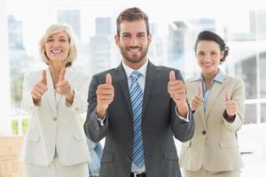 confiant, équipe affaires, faire gestes, pouces haut photo
