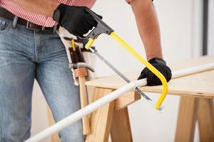 couper des tuyaux avec une scie à métaux photo
