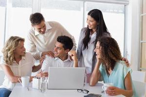 équipe d'affaires souriant occasionnel félicitant leur collègue photo