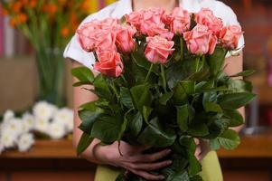 femmes avec bouquet de roses. photo