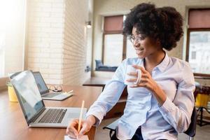 femme affaires, café, tasse, bureau