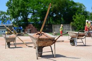 vieux chariot de mortier de fer plein de sable