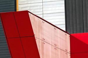 façade en aluminium coloré sur un grand centre commercial