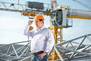 contremaître supervisant le projet à la construction. photo