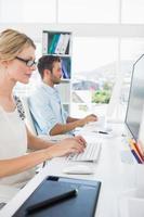 sourire, occasionnel, jeune couple, travailler, ordinateurs photo