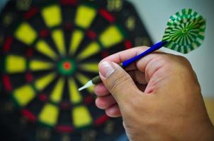 flèches de fléchettes dans le centre cible, jeu de fléchettes photo