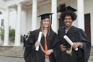 diplômés avec leurs diplômes sur le campus photo