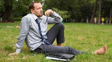 portrait de gros plan de jeune homme d'affaires beau. photo
