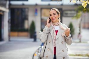 femme, rue, conversation, téléphone photo