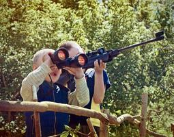 les enfants jouent à la guerre photo